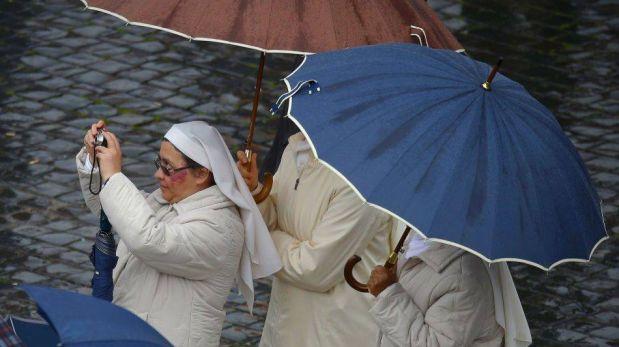 FOTOS: Feligreses se congregan en El Vaticano con fe en ver el anuncio del nuevo Papa