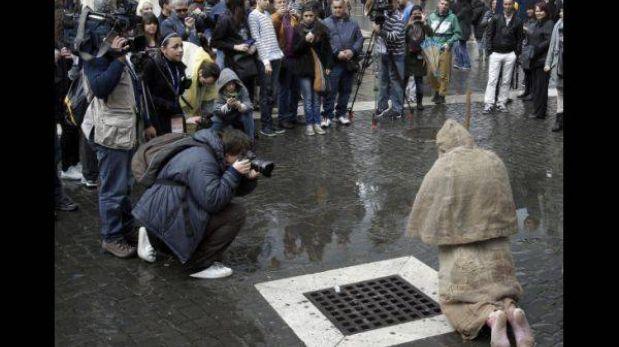 Un peregrino descalzo de 64 años se quedará rezando hasta la fumata blanca