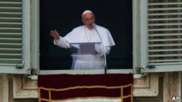 El papa Francisco bendijo a los fieles y sumó anécdotas y humor