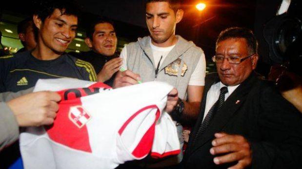 Carlos Zambrano llegó a Lima para sumarse a la selección peruana
