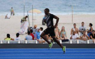"""Usain Bolt se """"paseó"""" por la pista de la playa Copacabana en Río de Janeiro"""