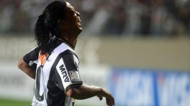 FOTOS: la magia de Ronaldinho y la repudiable agresión de jugadores de Arsenal a la policía brasileña