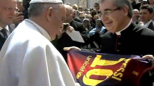 Papa Francisco recibió camiseta de Barcelona firmada por Lionel Messi