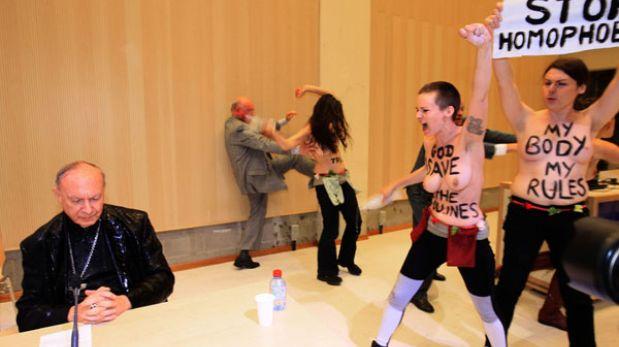 """Activistas de Femen bañaron en """"agua bendita"""" a un arzobispo belga"""