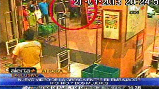 Nuevas imágenes demuestran la otra agresión del embajador de Ecuador