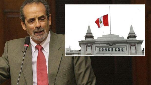 Bandera flamea a media asta en el Congreso por muerte de Diez Canseco