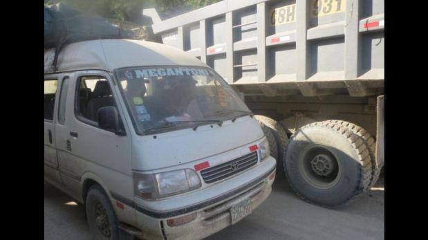 FOTOS: así quedó la combi que fue atacada por militares en Echarate