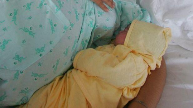 ¿Por qué el bebe no debe dormir con sus papás en la misma cama?