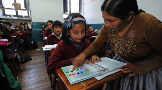 Bolivia: la profesora con polleras que conquistó a un colegio privado