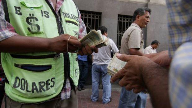 Motociclistas armados robaron S/.4 mil a un cambista en Surco
