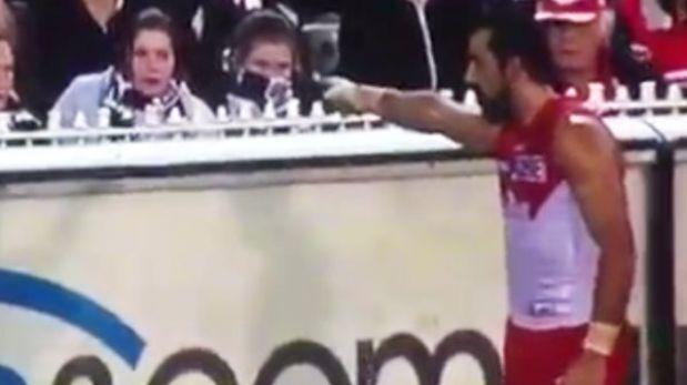 VIDEO: deportista dio lección a fanática racista y la echó del estadio
