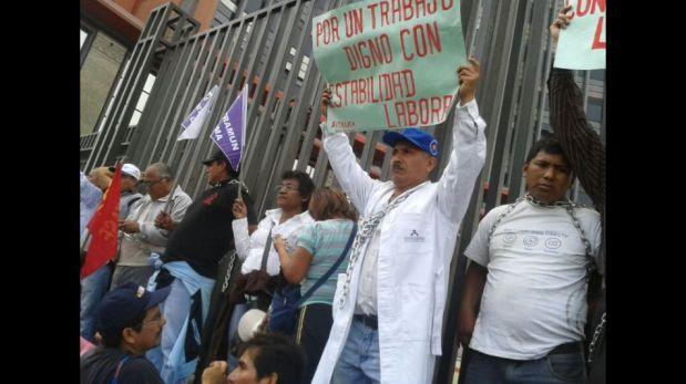 FOTOS: marcha de trabajadores estatales causa congestión vehicular en centro de Lima