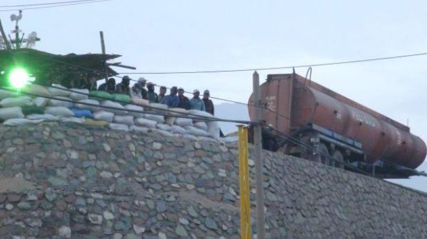 Tensión en Andahuasi: trabajadores se atrincheran con tanques de ácido