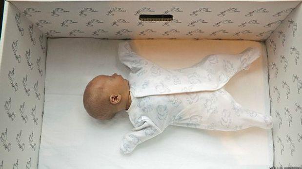 Por qué los bebes de Finlandia duermen en cajas de cartón