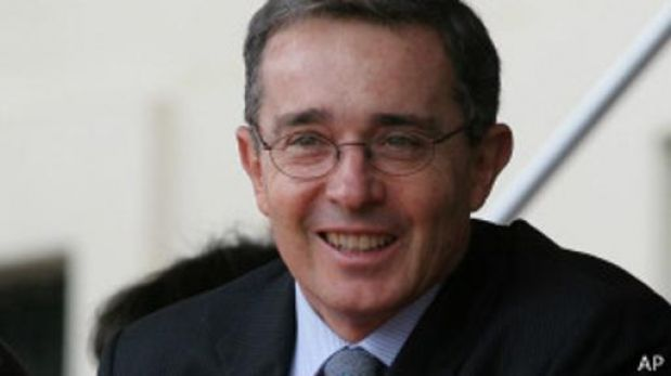 """Polémica por programa de TV que nombró a Uribe el """"Gran Colombiano"""""""