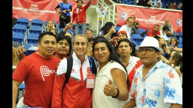 FOTOS: Natalia Málaga compartió con hinchas peruanos el triunfo de las 'matadorcitas' ante República Checa