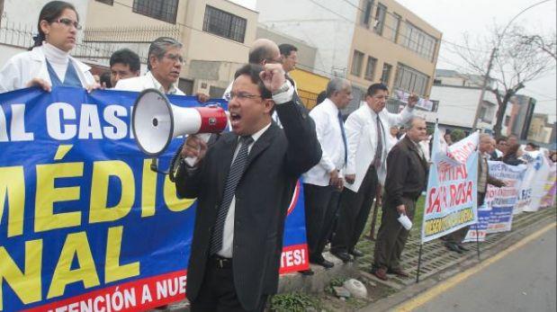 Médicos del Minsa marchan hacia el Congreso pidiendo mejoras salariales