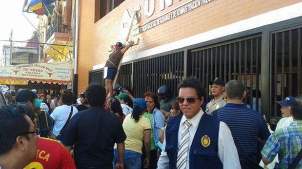 FOTOS: trabajadores estatales se desangraron en Chiclayo y se crucificaron en Iquitos