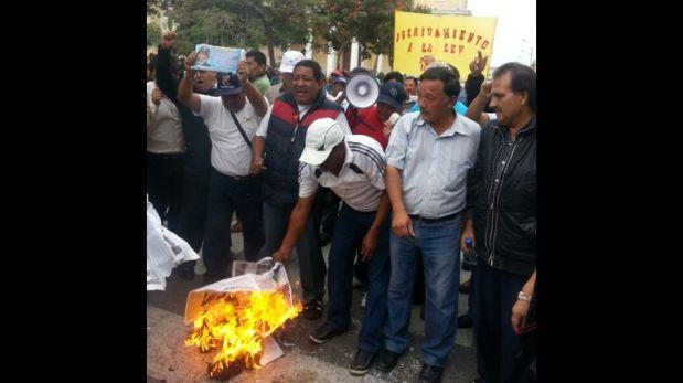 FOTOS: trabajadores estatales de Trujillo se cortaron y escribieron carteles con su sangre por Ley del Servicio Civil