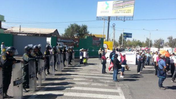 Arequipa: trabajadores estatales bloquearon acceso al aeropuerto