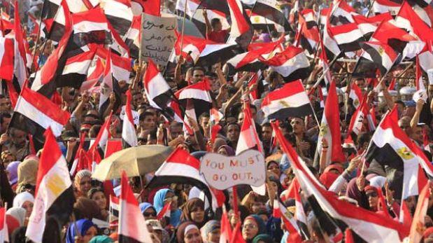 Egipto: ejército derroca a Mursi, suspende la Constitución y multitudes celebran