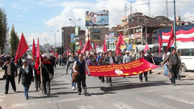 Cusco: trabajadores estatales marcharon hacia el centro histórico