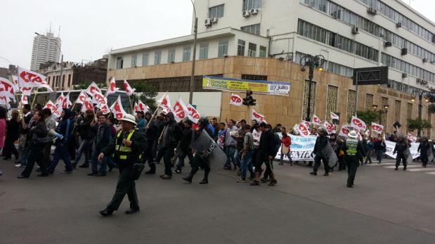 FOTOS: la avenida Abancay es un caos por las protestas de trabajadores estatales y universitarios