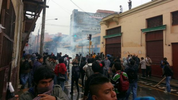 FOTOS: la violenta gresca entre universitarios y policías en el centro de Lima