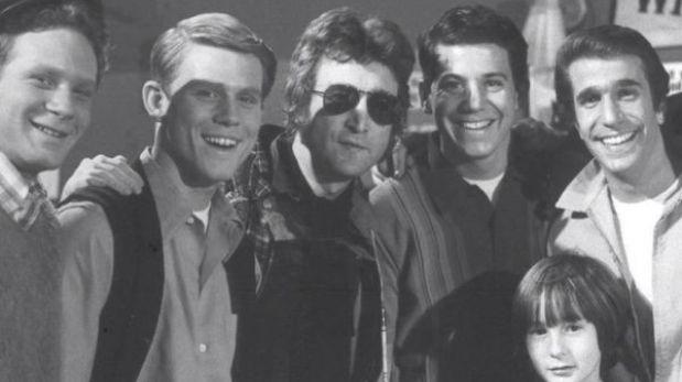 """Aparece foto inédita de John Lennon con el elenco de la serie """"Días Felices"""""""