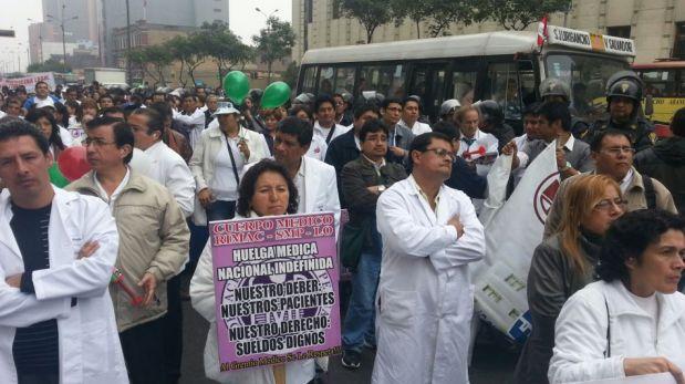 FOTOS: médicos huelguistas del Minsa marcharon hasta la Av. Abancay