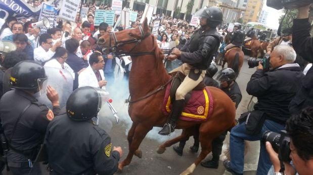 FOTOS: policía utilizó gases lacrimógenos y rompemanifestaciones para dispersar a médicos en huelga