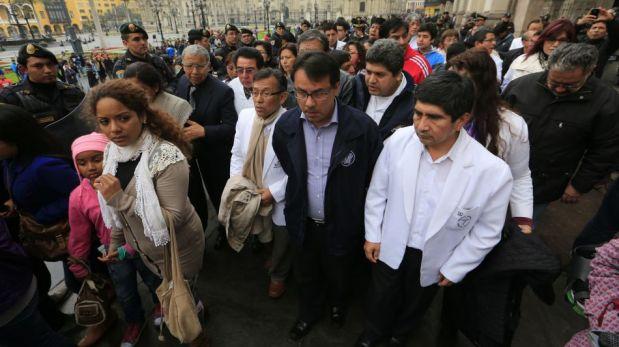 FOTOS: médicos en huelga llegaron a la Catedral de Lima para escuchar misa de Cipriani