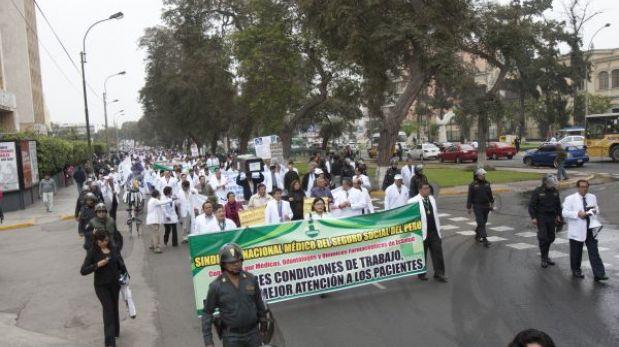 Huelga de Essalud: médicos marchan hacia la sede de la PCM
