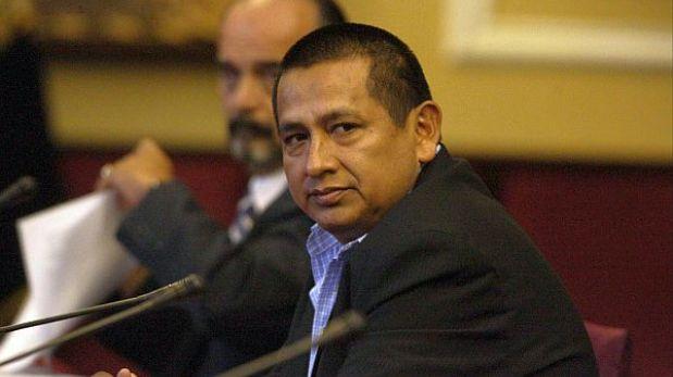 Cuestionado congresista Walter Acha fue retirado de la Comisión de Defensa