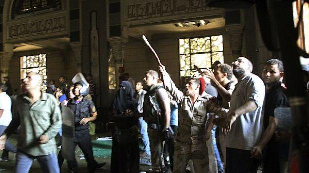 Egipto: desalojan a cientos de musulmanes atrincherados en mezquita