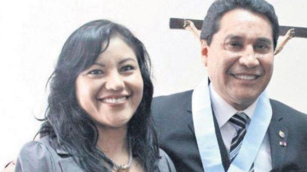 Ex asesora de Carlos Burgos investigada por lavado negocia desde la clandestinidad