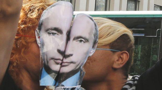 FOTOS: Colectivos homosexuales protestan besándose en la embajada de Rusia en países europeos