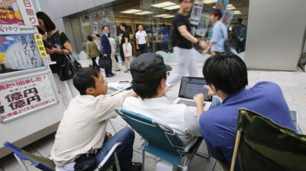 Japoneses hacen cola a nueve días del inicio de la venta del iPhone 5S