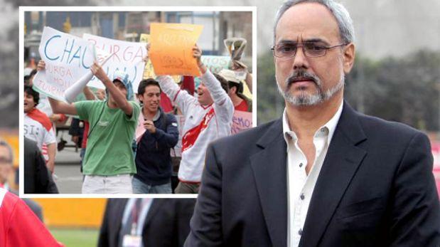 Hinchas exigen la renuncia de Manuel Burga a la FPF fuera de su casa