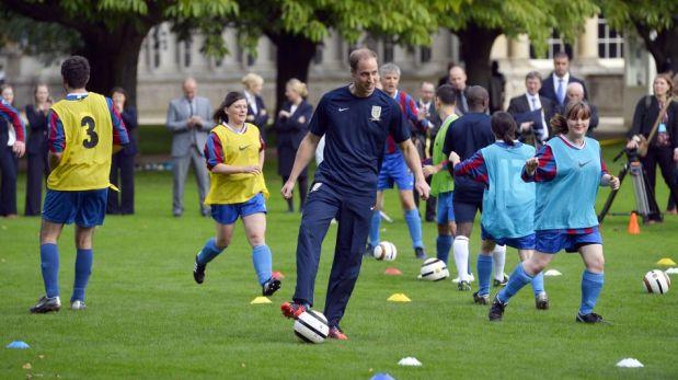 Príncipe William jugó fútbol en el palacio de Buckingham con voluntarios de la Liga inglesa [FOTOS]