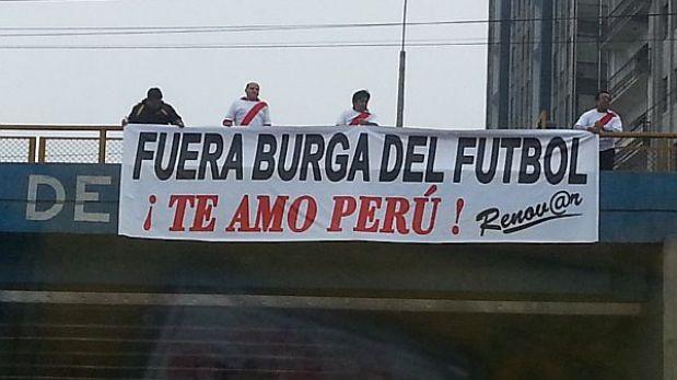 Carteles en la Vía Expresa exigen la salida de Manuel Burga del fútbol peruano