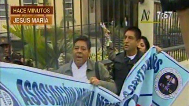 Médicos se encadenaron a las rejas del Minsa y exigieron su nombramiento