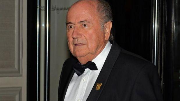 Joseph Blatter pide la expulsión de los clubes con fans racistas