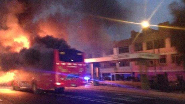 Bus de la empresa El Rápido se incendió en la Vía de Evitamiento