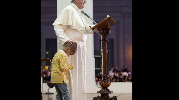 Conoce a 'Jean', el niño colombiano que le 'robó' la silla al papa Francisco en una misa [FOTOS]