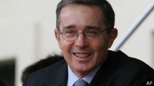 Aumenta controversia por uso de imagen de Uribe en cédula electoral colombiana
