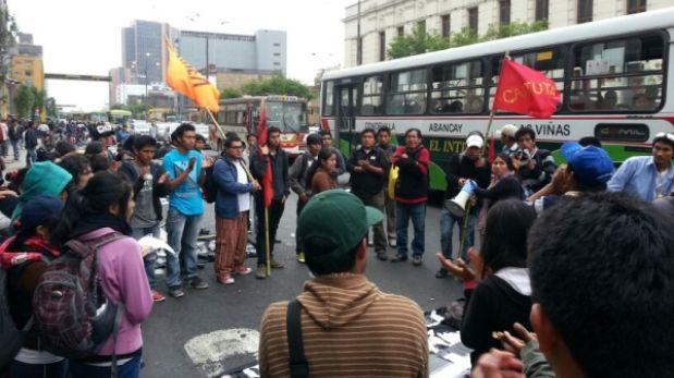 """Alumnos de La Cantuta llegaron al Congreso en """"Marcha de sacrificio"""""""