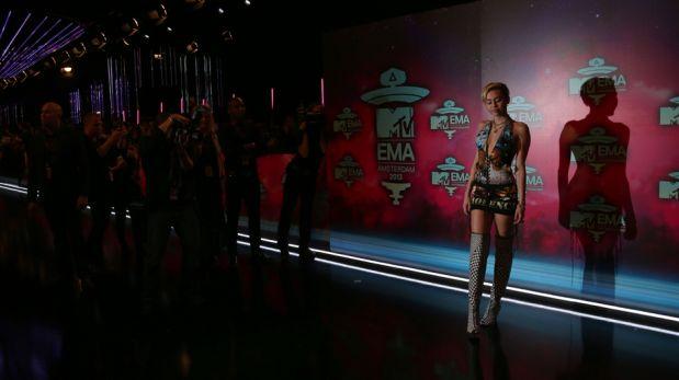 Miley Cyrus parodió su polémico 'twerking' en la gala del MTV Europe Music Awards [FOTOS]