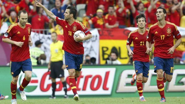 La selección española reforzó su roja pasión en el nuevo uniforme que vestirá en el Mundial Brasil 2014 [FOTOS]