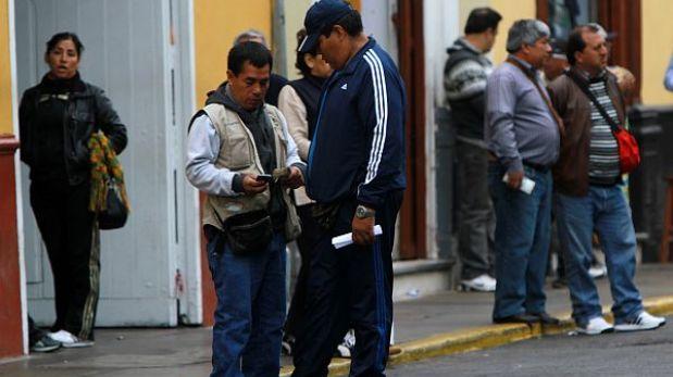 San Isidro: dos cambistas fueron asaltados y heridos de bala